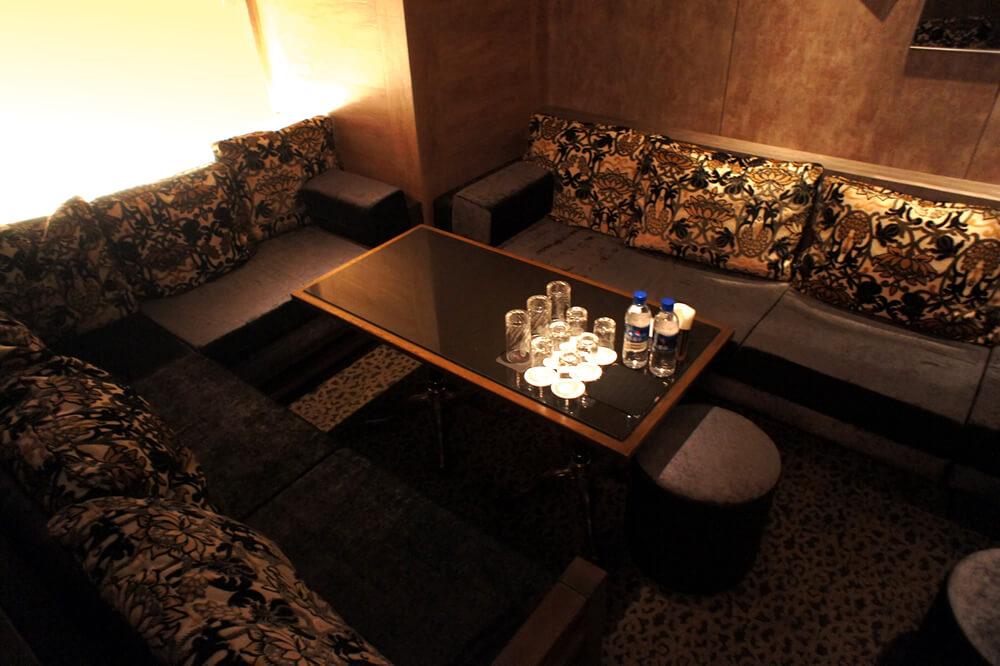 六本木高級クラブ・ローゼのゆったりとしたボックス席